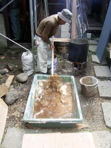 伝統工法による漆喰作り
