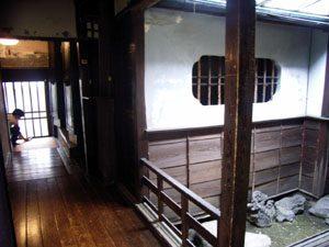 中庭を見る、奥に見えるのは玄関と土蔵の観音扉