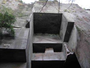 採石場跡。石は上から垂直方向に少しずつ切り出した 中には高さ90mを超える断崖となっている箇所もある