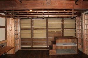 1階は書庫として使えるように本棚を設置した