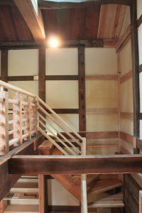 2階の床の一部を撤去して吹抜とし、新たにトップライトと階段を設置した
