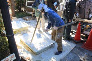 漆喰壁の塗り直しでは、現場で材料を煮て漆喰を練った。