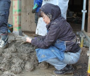 ▲藁スサを混ぜ合わせた粘土を丸めて泥団子を作る。
